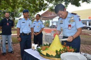 Komandan Pangkalan Udara TNI AU Adisutjipto, Marsekal Pertama TNI Ir Novyan Samyoga, MM, saat memotong tumpeng. (Dok. Pentak Lanud Adisutjipto)