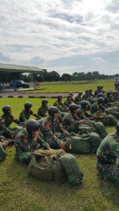 Para Instruktur saat memberikan pengarahan kepada siswa sekbang Angkatan 94/PSDP XXXI , Di Lapangan Lanud Sulaiman Margahayu Bandung
